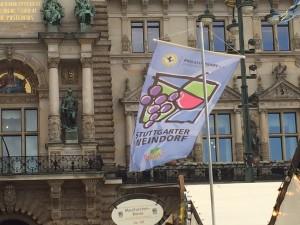 Wehende Weindorf Fahne vor dem Hamburger Rathaus